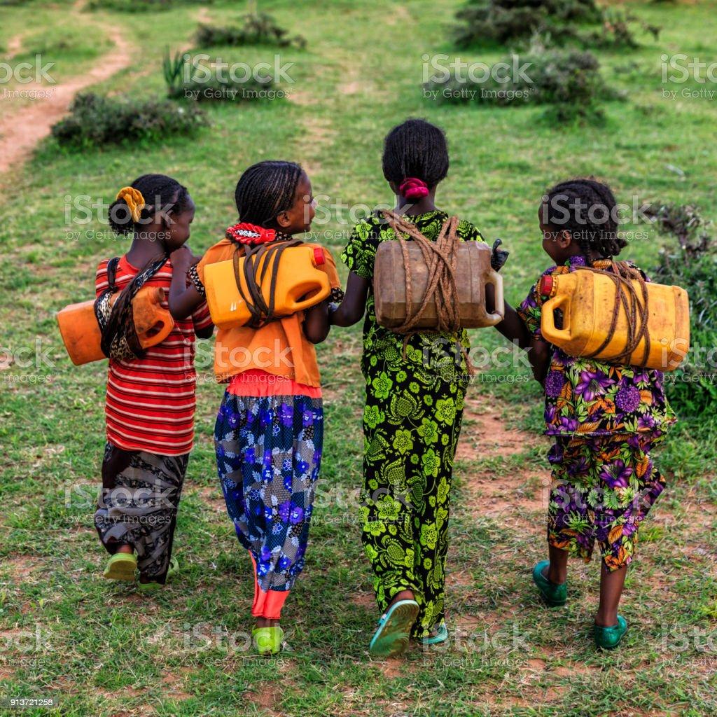 Niñas Africanas Llevando El Agua Desde El Pozo Etiopía África ...