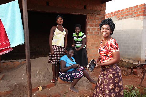 afrikanischer friseur - sambia stock-fotos und bilder