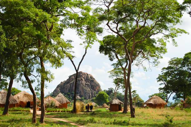 afrikanische hütten – sambia - sambia stock-fotos und bilder