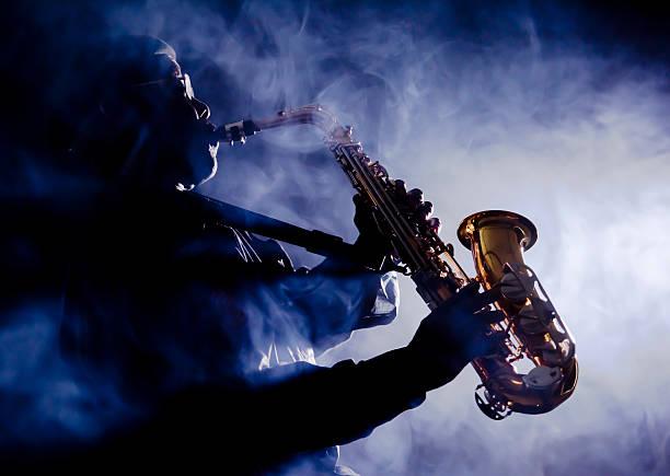 afrikanischer jazz-musiker spielen am saxophon - blues stock-fotos und bilder
