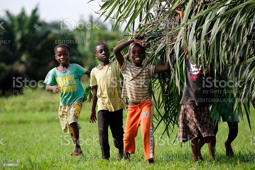Afrikanische Kinder helfen mit carring palm verlässt – Foto
