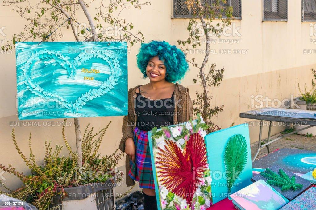 African lady selling her arts in the city sidewalk zbiór zdjęć royalty-free