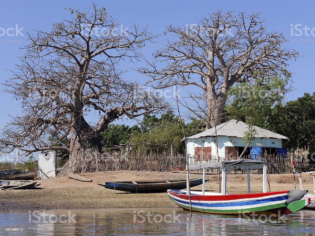 african lodge en el lake shore foto de stock libre de derechos