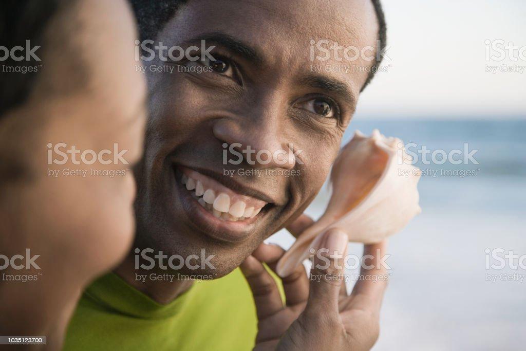 Afrikanischer Mann anhören Muschel – Foto