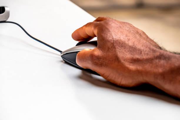 Afrikaner, die mit der Maus an den Computer Steuern – Foto