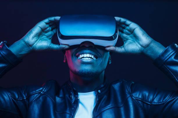 african man wearing virtual reality headset having great fun - ritratto 360 gradi foto e immagini stock