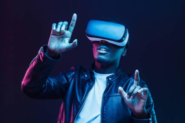 african man wearing virtual reality headset - ritratto 360 gradi foto e immagini stock