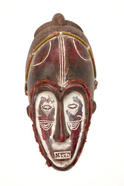 afrikanischer maske isoliert auf weißem hintergrund - afrikanische masken stock-fotos und bilder