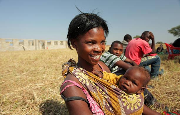 afrikanische mutter und kind - sambia stock-fotos und bilder