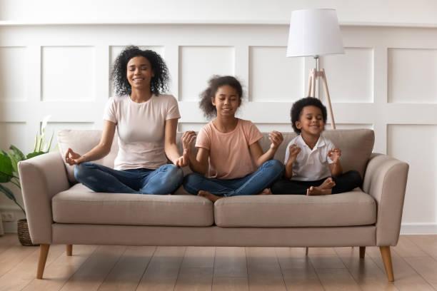 a matriz africana com filho e a filha pratica a ioga dentro - consciencia negra - fotografias e filmes do acervo