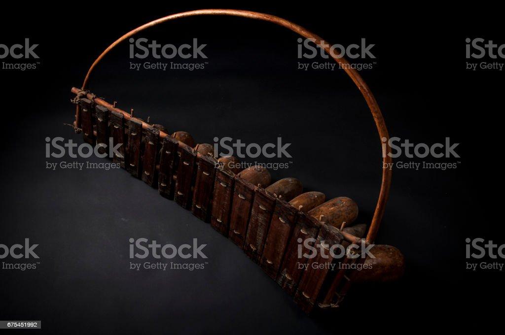 Instrument de musique africain, marimba en bois avec deux bakets, isolé sur fond foncé photo libre de droits