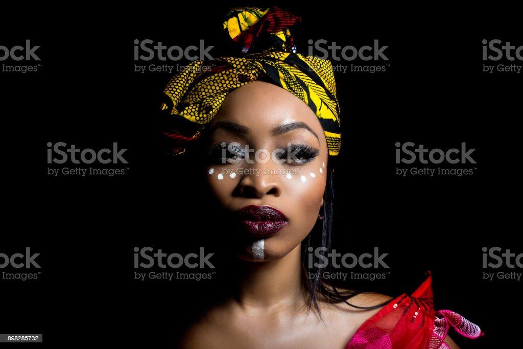 Afrikanische nigerianischen Mode mit Tribal Make-up – Foto