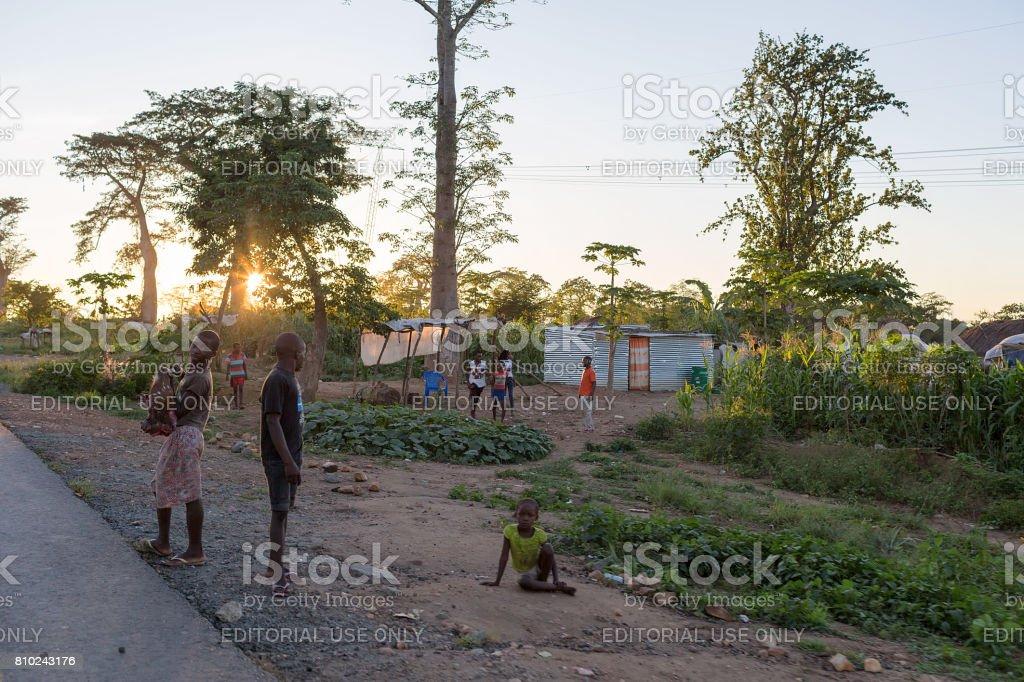 Aldeia rural Africana de DUNDO/ANGOLA - 4 de junho de 2015 - em um lugar remoto da Angola, Dundo - foto de acervo