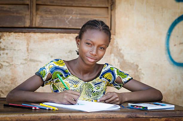ragazza di scuola africana in posa per una fotografia simboli educativi - bambine africa foto e immagini stock
