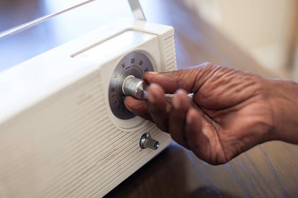 afrikanische senior sie auf dem radio - radio kultur stock-fotos und bilder