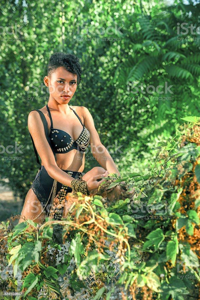Africana sexy mulher na floresta Amazônica - foto de acervo
