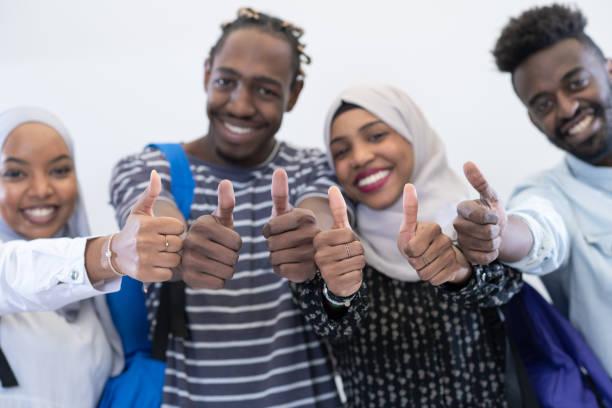 afrikanische Studentengruppe zeigt ok Daumen nach oben – Foto