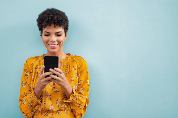 mujer con estilo africano usando teléfono inteligente - sin personas fotografías e imágenes de stock