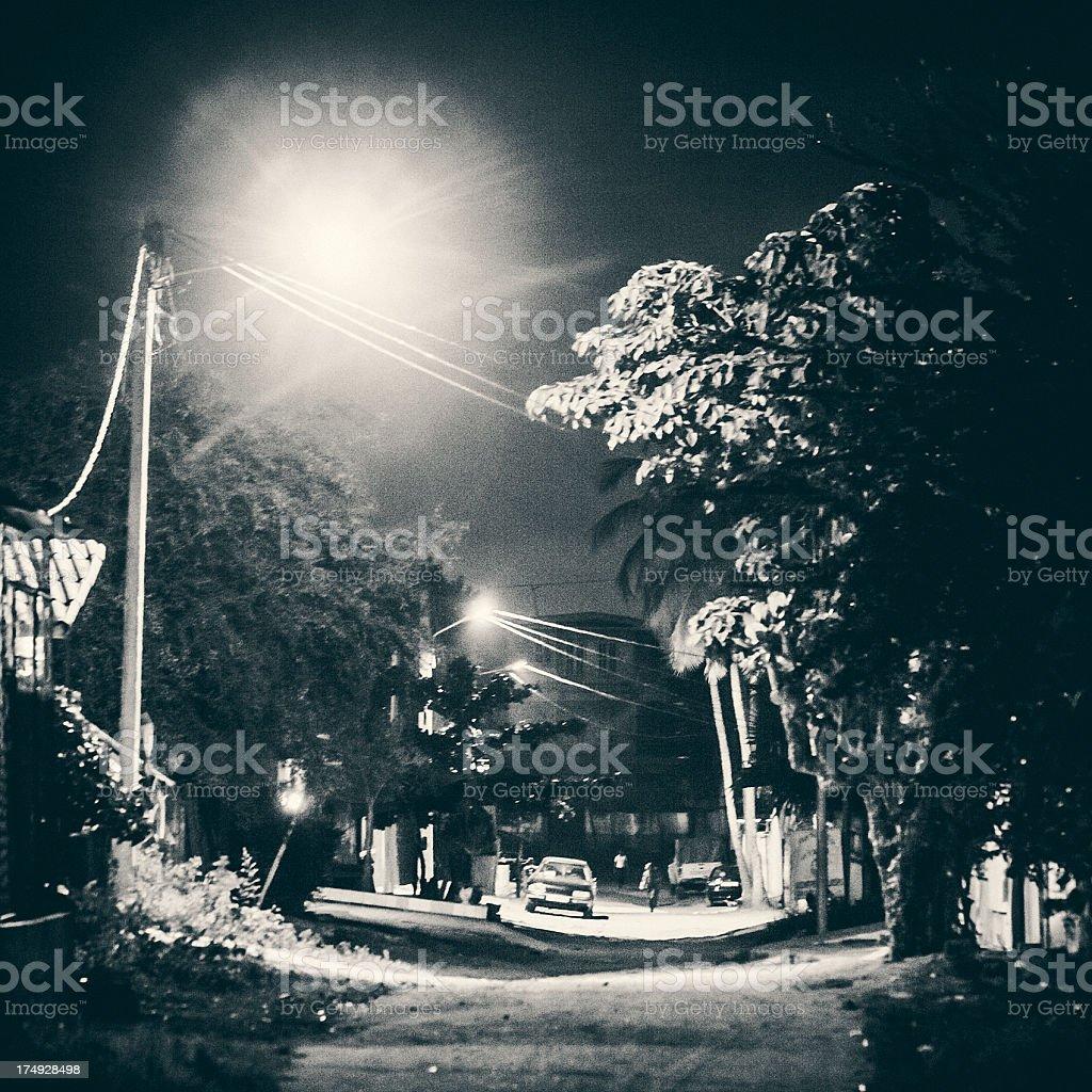 Afrikanische Stadt bei Nacht. – Foto