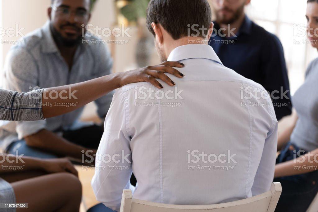 Afrikansk upprörd kille och kvinnlig psykolog under behandling - Royaltyfri Afrikanskt ursprung Bildbanksbilder