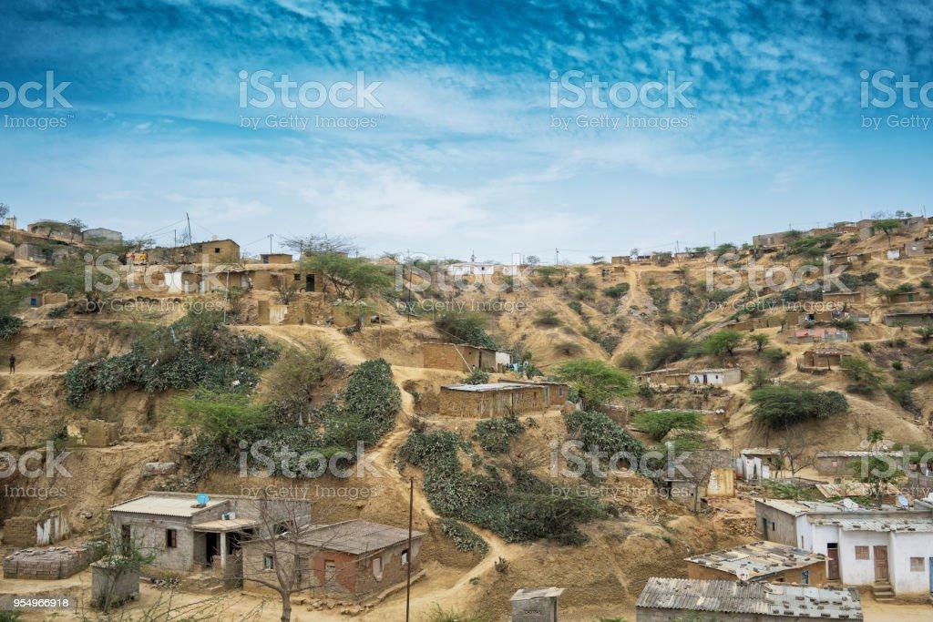 Aldeia africana localizado no Sumbe, Angola, África, Villa devido sobre uma colina. - foto de acervo