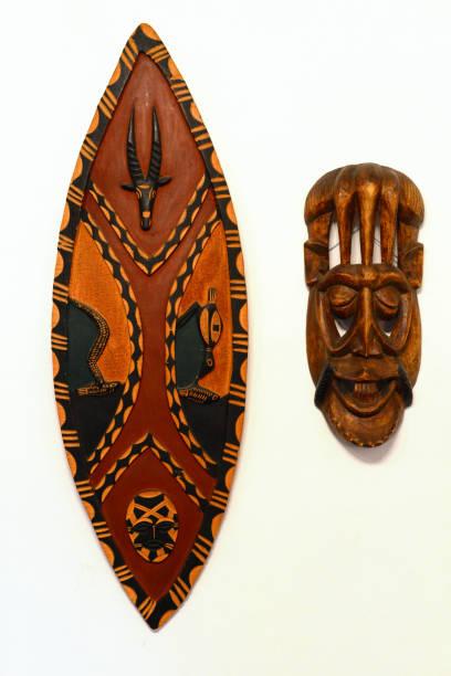 afrikanischen krieg holzschild und maske - afrikanische masken stock-fotos und bilder