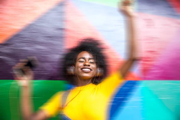 afrikalı kadın için en sevdiği şarkı dans - reggae stok fotoğraflar ve resimler
