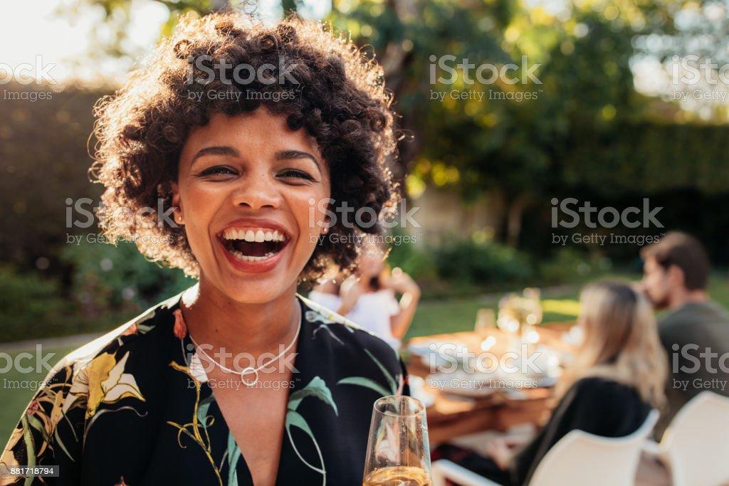 Femme africaine bénéficiant à fête de plein air photo libre de droits