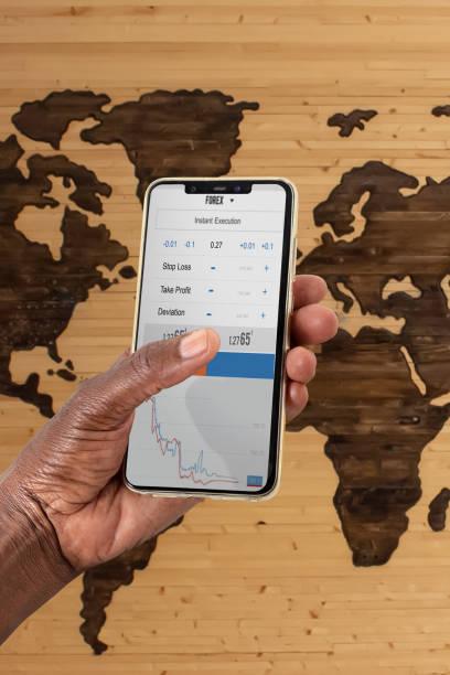 afrikanische frau hand hält ein telefon - 5 kontinente stock-fotos und bilder