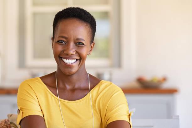 femme africaine regardant l'appareil-photo - femmes d'âge mûr photos et images de collection