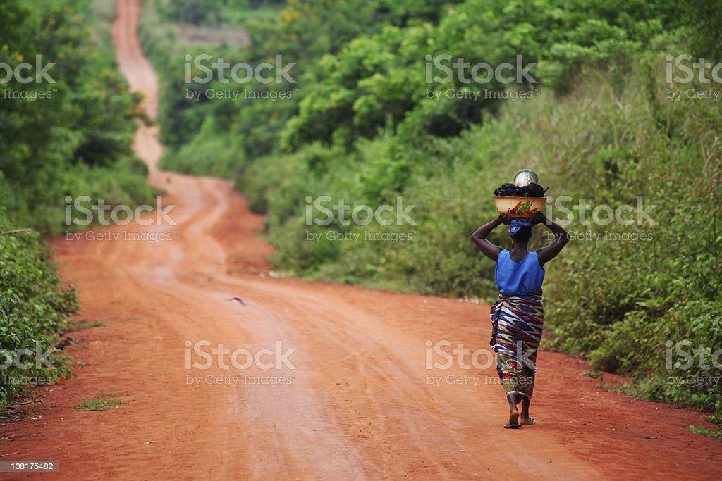 Afrikanische Frau auf der Straße – Foto