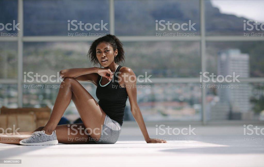 Mujer africana relajante después de entrenamiento. - Foto de stock de Actividades y técnicas de relajación libre de derechos