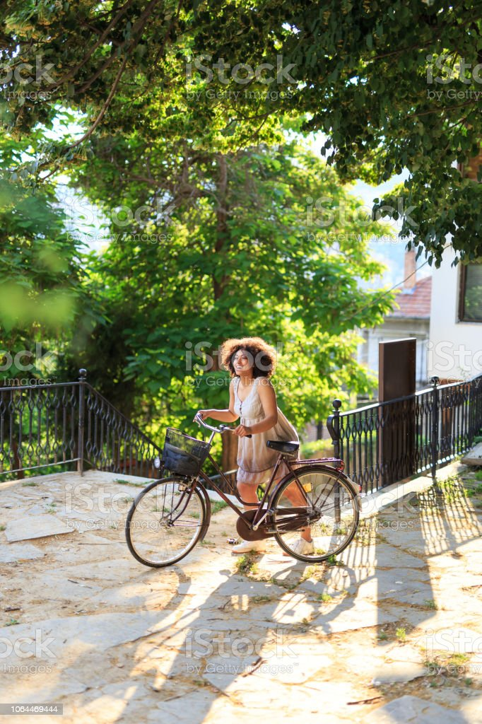 Afrikanische Frau mit dem Fahrrad auf der Straße – Foto