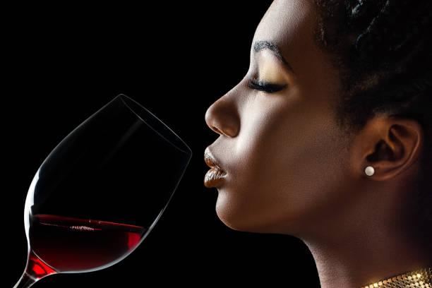 afrikansk kvinna luktar rött vin arom. - food woman to smell bildbanksfoton och bilder