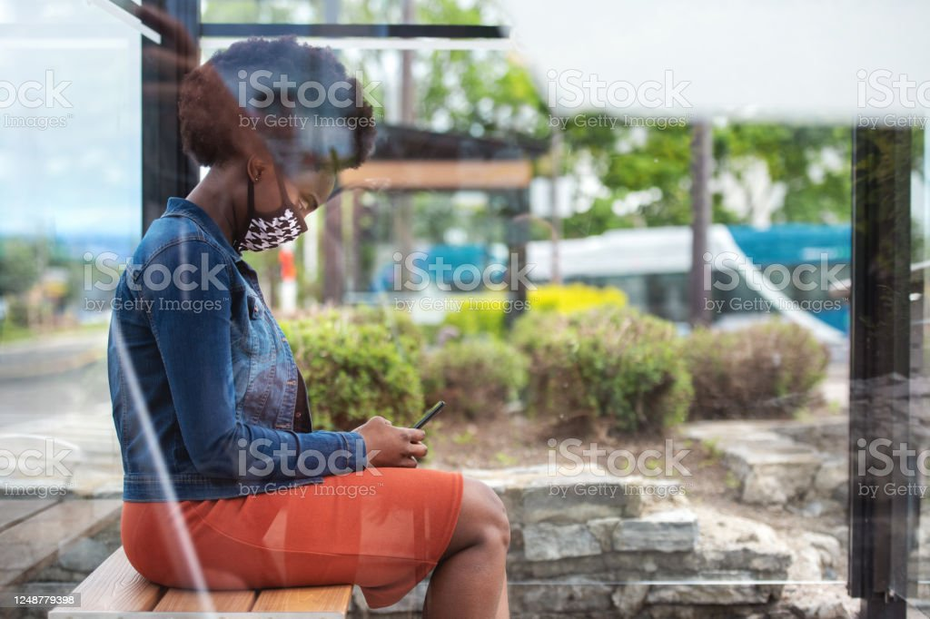 African woman waiting for bus - Royalty-free 25-29 Years Stock Photo