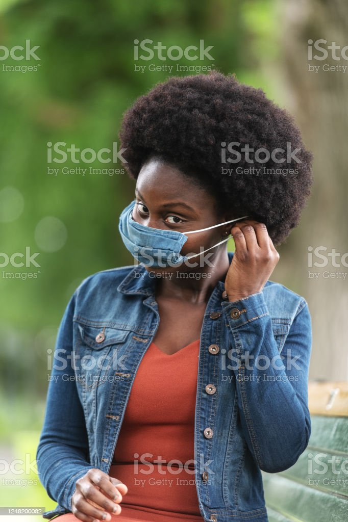 African woman wearing an homemade mask in a park - Royalty-free 25-29 Years Stock Photo