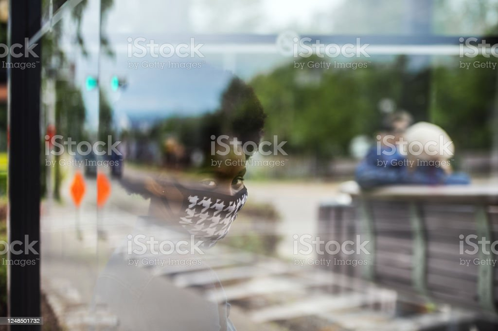 African woman wearing an homemade mask, waiting for bus - Royalty-free 25-29 Years Stock Photo
