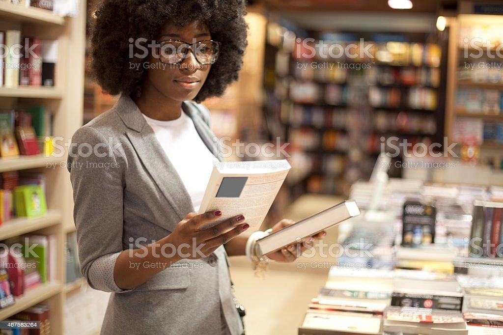 Afrikanische Frauen in Buchhandlung – Foto