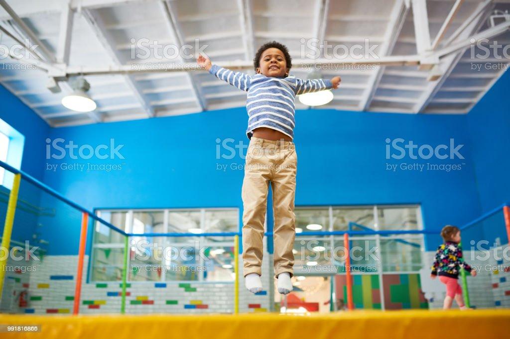 African-American Boy genießen Trampoline – Foto