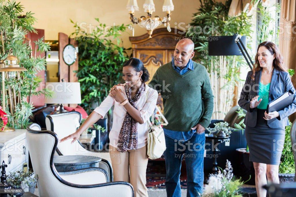African-American paar Einkaufen im Möbelhaus – Foto