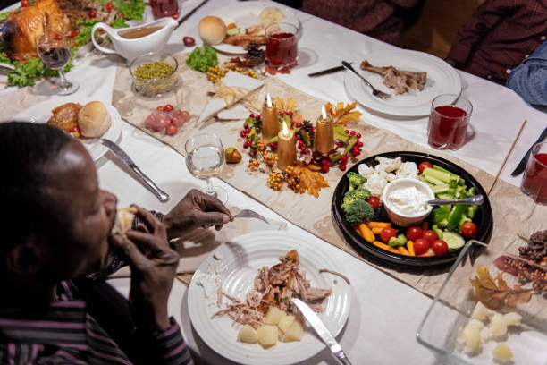 afro-amerikaner, während thanksgiving-dinner - esszimmer buffet stock-fotos und bilder