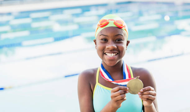 African-American Girl am Pool schwimmen Mannschaft zeigt – Foto