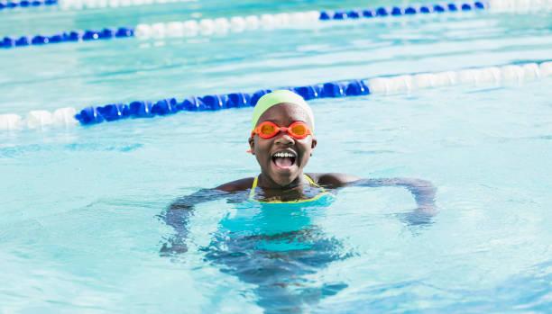 Afroamerikanische Mädchen mit Badekappe, Googles im pool – Foto