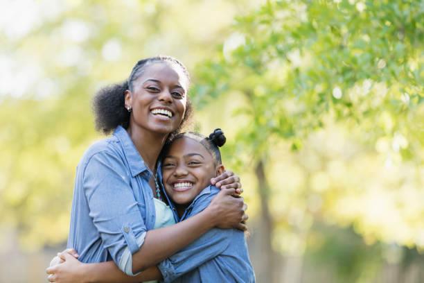 Afrikanisch-amerikanischen Mutter und Tochter im Freien, umarmen – Foto