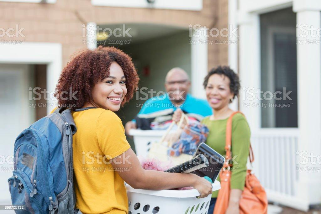 Padres Afroamericanos ayudando a la hija a mover - foto de stock