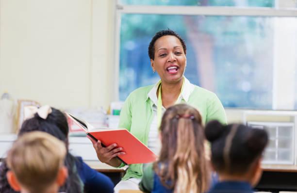 Afroamerikanische Lehrer lesen Schulkinder – Foto