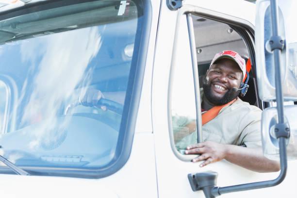 conductor de camión afroamericana en asiento del conductor - conductor de autobús fotografías e imágenes de stock