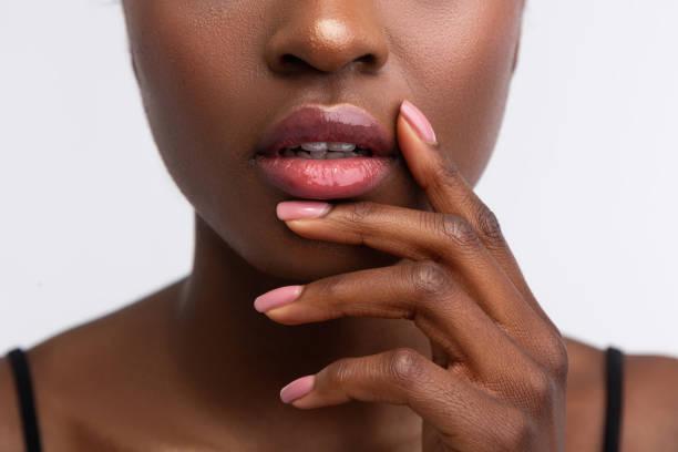 bordos tocantes da mulher do african-american com lustro brilhante do bordo - manicure - fotografias e filmes do acervo