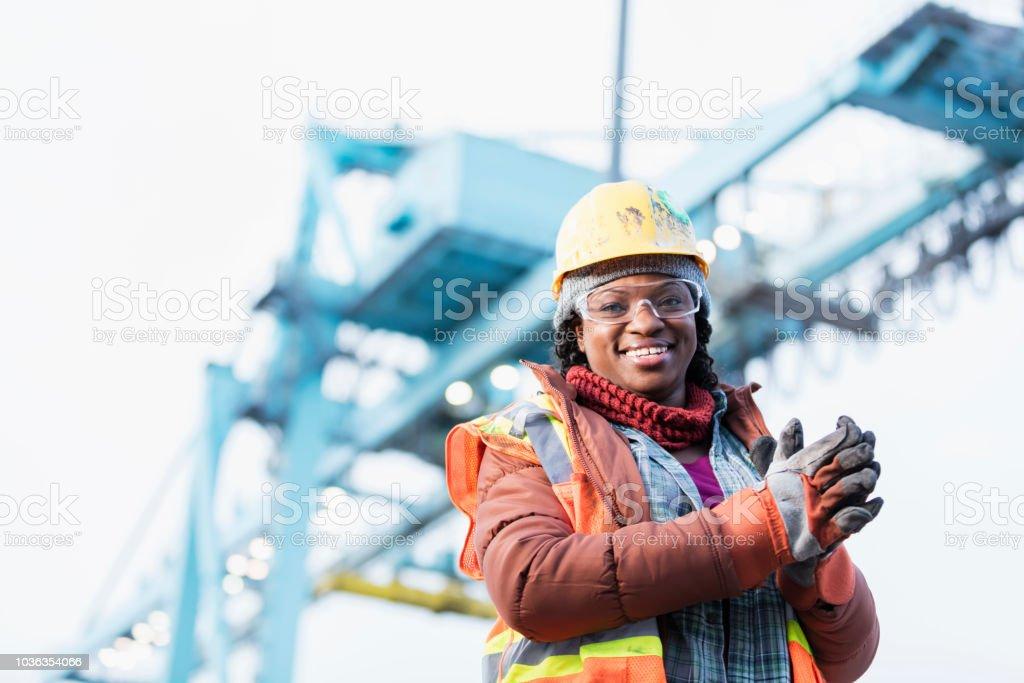 Afro-amerikanische Frau arbeitet im Verschiffungshafen – Foto