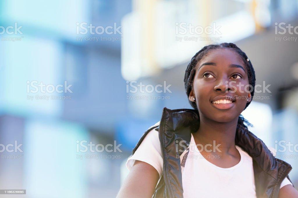 Afrikansk-australisk tonårs flicka i färgstark stadsläge - Royaltyfri 16-17 år Bildbanksbilder